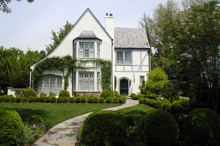 Tudor style houses facts and history guide to for Styles of homes with pictures
